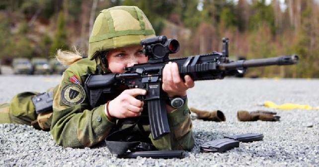 Norveška vojakinja s puško HK416