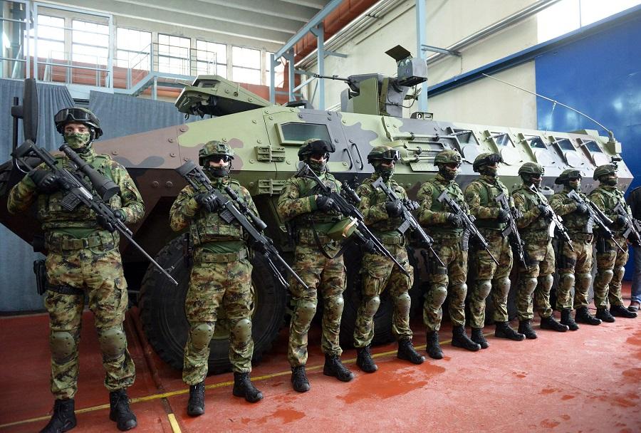 Srbski vojaki ob novem oklepniku lazar 3