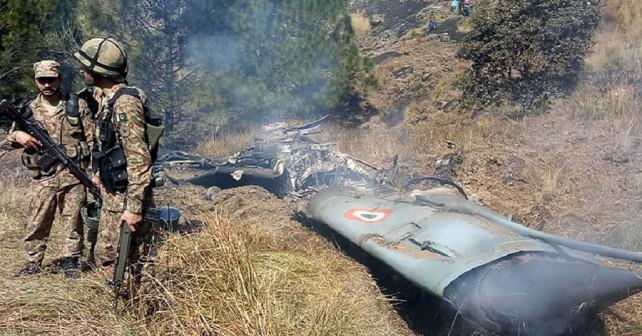 Pakistanski vojaki ob razbitini indijskega letala