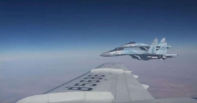 Lovca Su-35 spremljata letalo obrambnega ministra Šojguja nad Sirijo