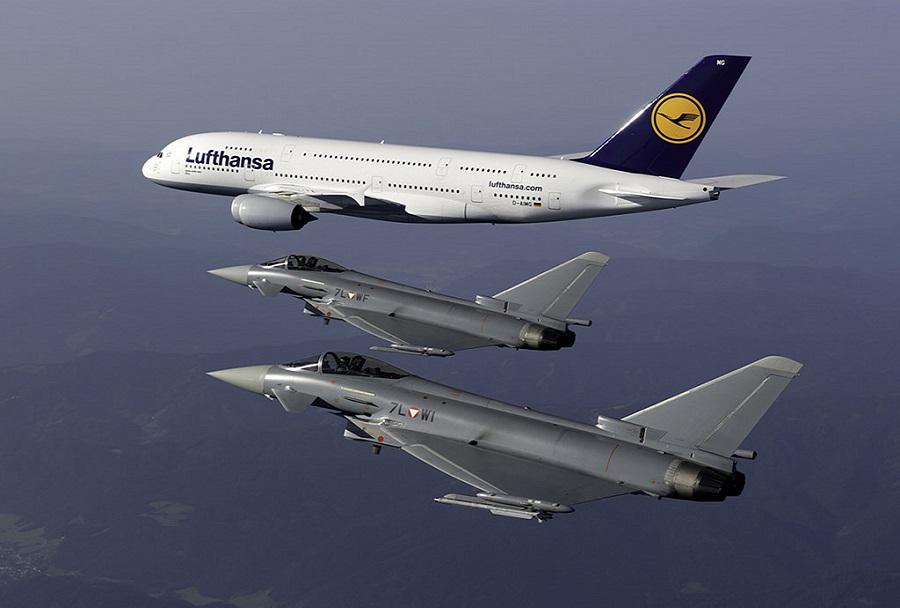 Par avstrijskih lovcev typhoon, ki spremlja Lufthansino letalo A380.