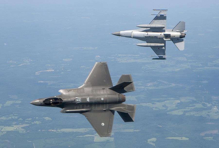 Lovca F-35 in F-16