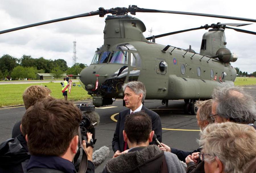 Philip Hammond in helikopter CH-47 chinook Mk6