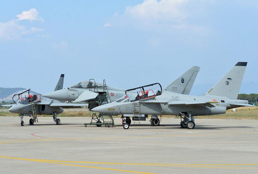 Italijanski šolski reaktivni letali M-346 in lovec Eurofighter typhoon