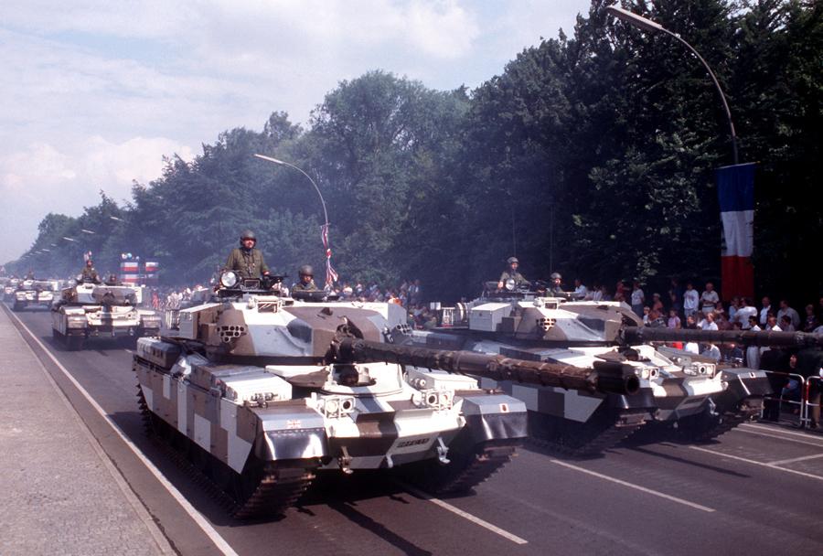 Britanski tanki chieftain v kamuflaži berlinske brigade