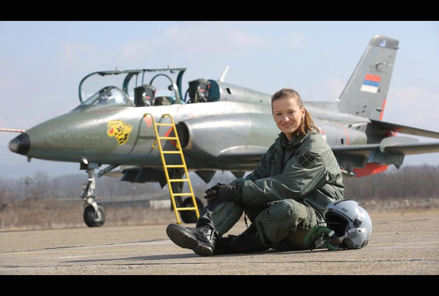 Srbska pilotka Ana Perišić in letalo J-22 orao